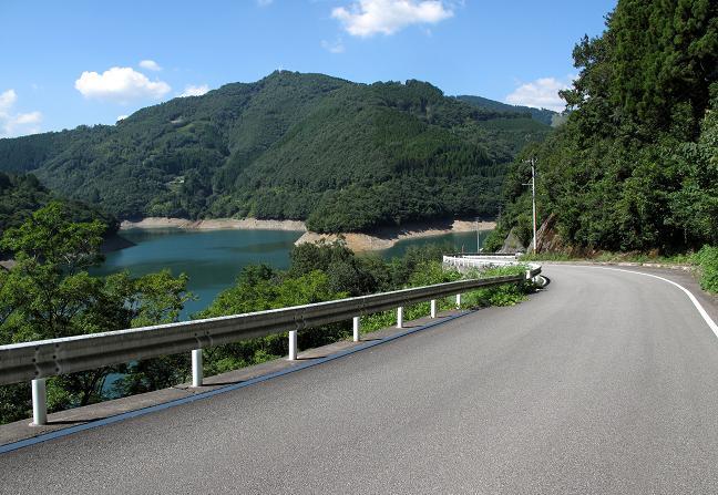 14 ダム沿いの道はこの先50分待ちの片側相互通行です.JPG