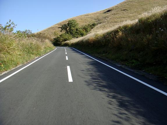 18 草原の中の道.JPG