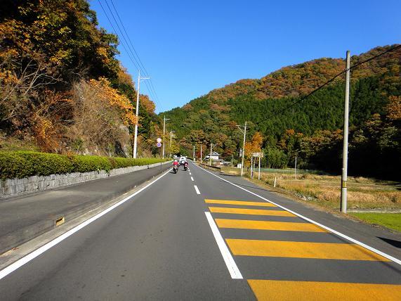 21 山の中は紅葉が綺麗です.JPG