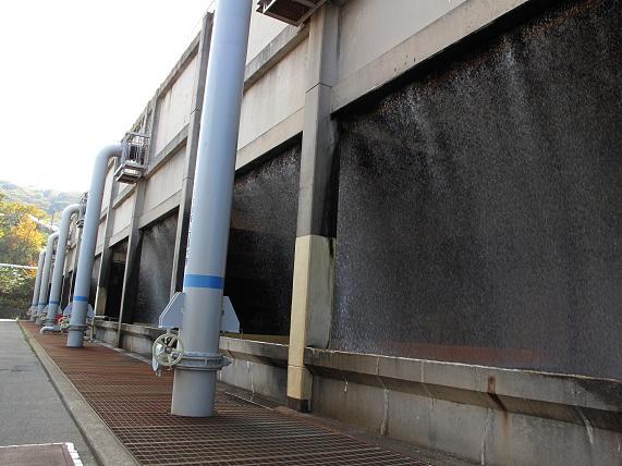 24 上から落ちる冷却水は温泉の香り.JPG