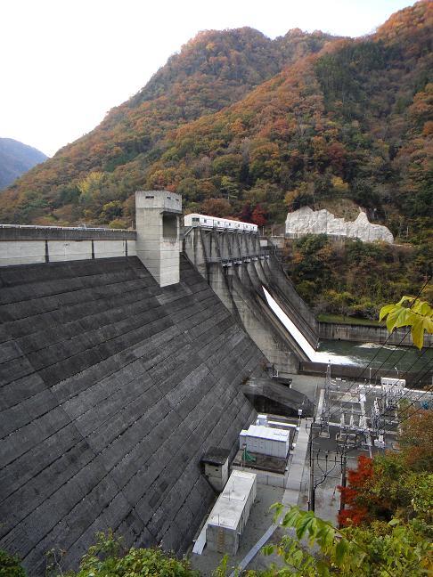 25 大きな2連ダムの放水.JPG