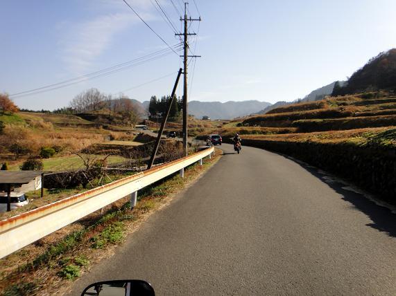 26 細い道へ.JPG