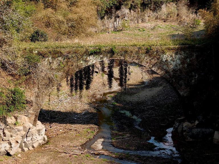 27 今日一番の廃墟チックな石橋.JPG