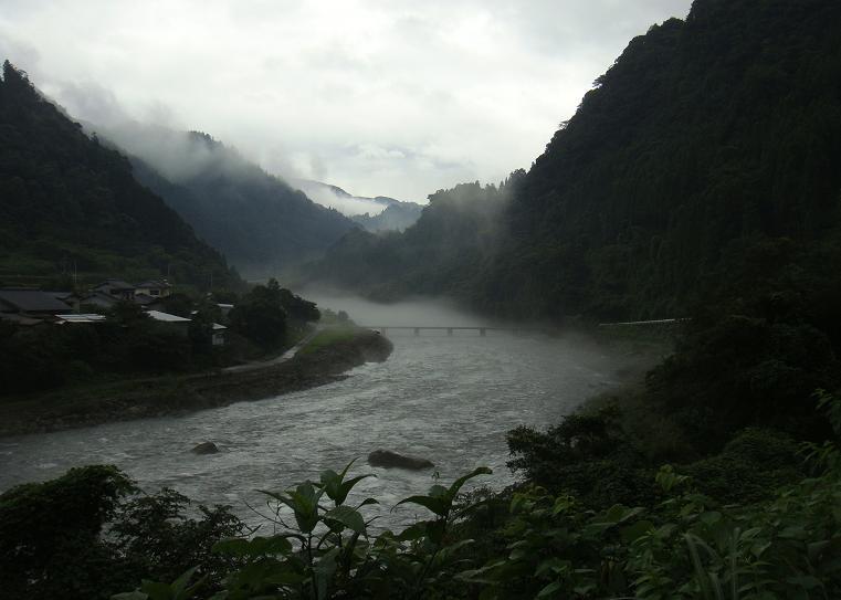 2 谷を霧が下ってくる.JPG