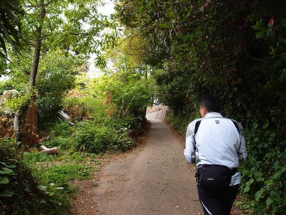 2 道が険しかったいけないので歩きます.JPG