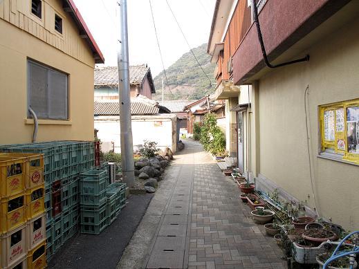 35 こんな路地の奥に神社があります.JPG
