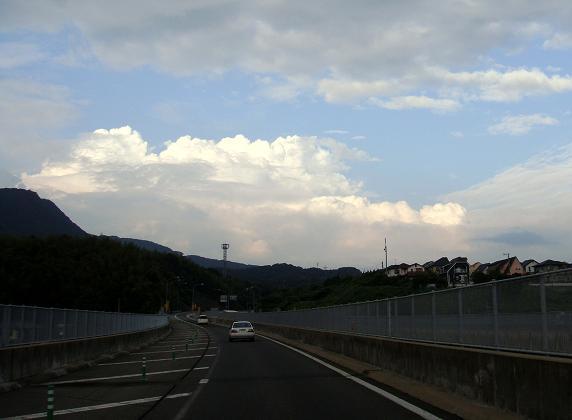 36 入道雲に向かって帰るよ.JPG
