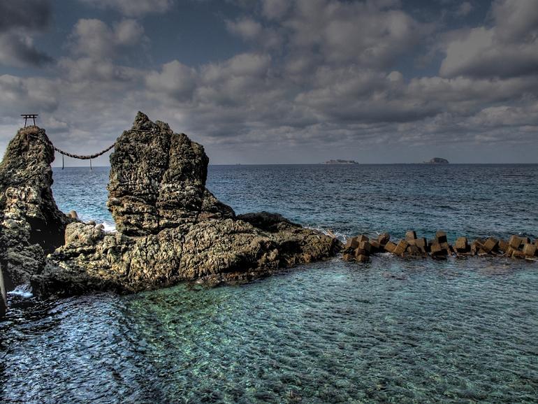 4 夫婦岩と軍艦島です.JPG