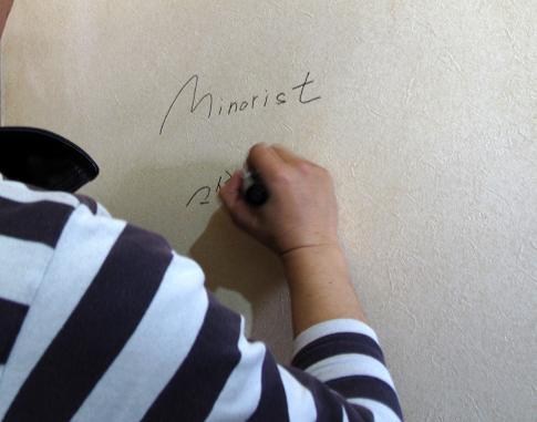 人の家の壁に堂々と落書きするのは生まれて初めてです.JPG