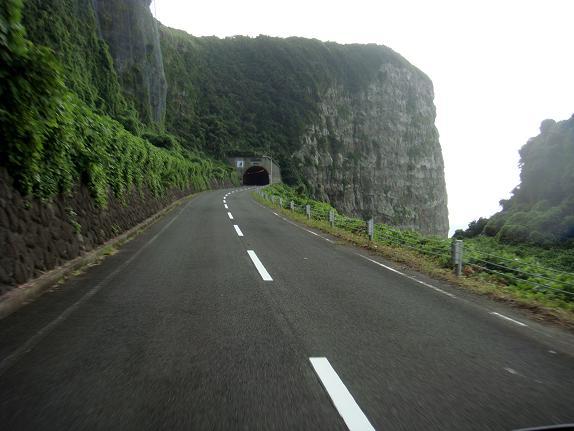 岩盤をくり貫いたトンネル.JPG