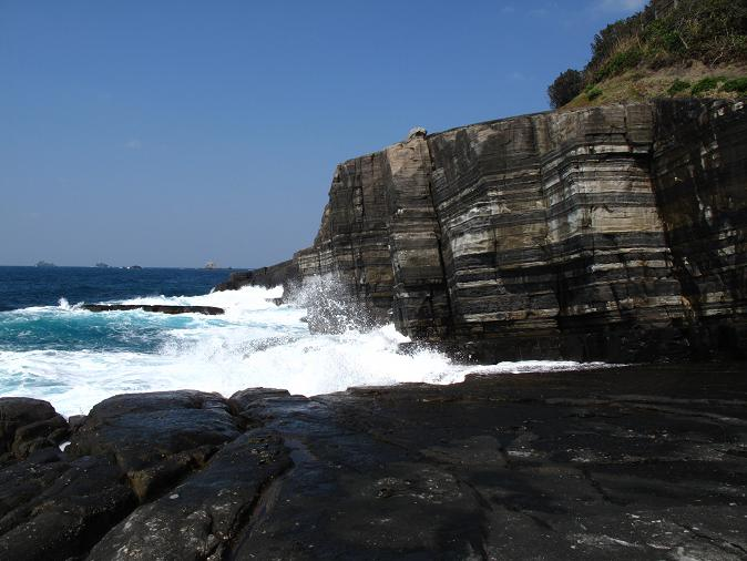 日本海の荒波が押し寄せるシマシマ.JPG