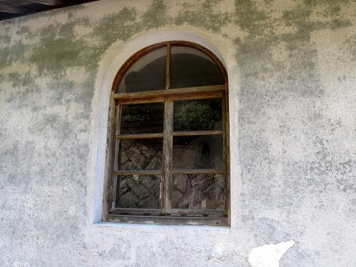 木枠のアーチ窓.JPG