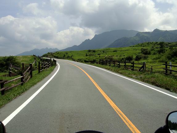 観光客に混じって阿蘇登山道を登ってます.JPG