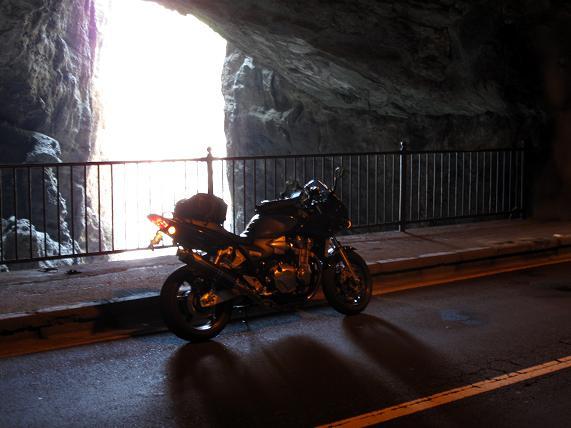 17 トンネルの中に裂け目があります.JPG