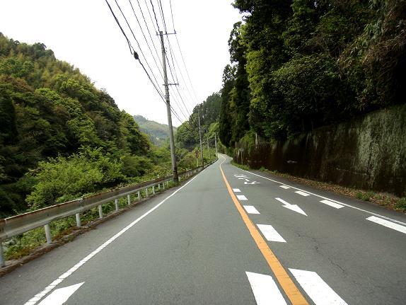 19 川沿いの道を40kmで走っています.JPG