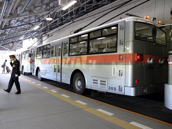 23 修学旅行以来のトロリーバス.JPG