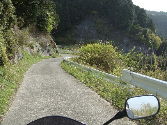 29 こんな道でもバイクとすれ違います.JPG