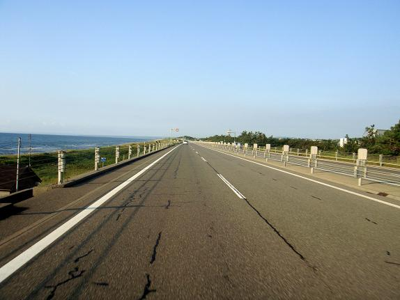 34 能登有料道路は海沿いを走るぞ.JPG