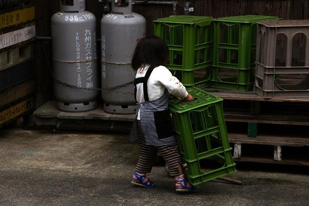 お祭り中は小さな子もお手伝い.JPG