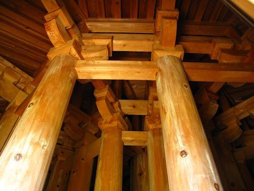 内部はしっかり木の柱で組まれています.JPG
