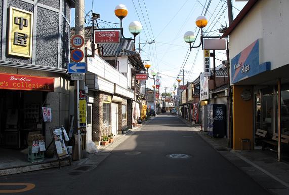 商店街を歩きます.JPG