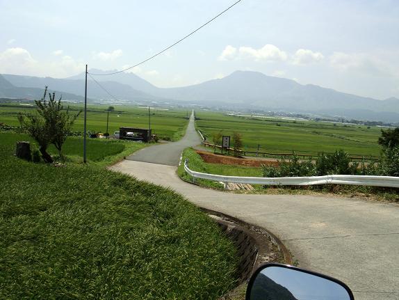 村から下れば一直線の道が待ってる.JPG