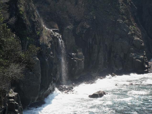 海に落ちる滝.JPG