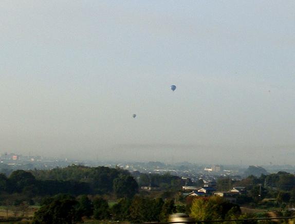 熱気球がまだ飛んでいました.JPG